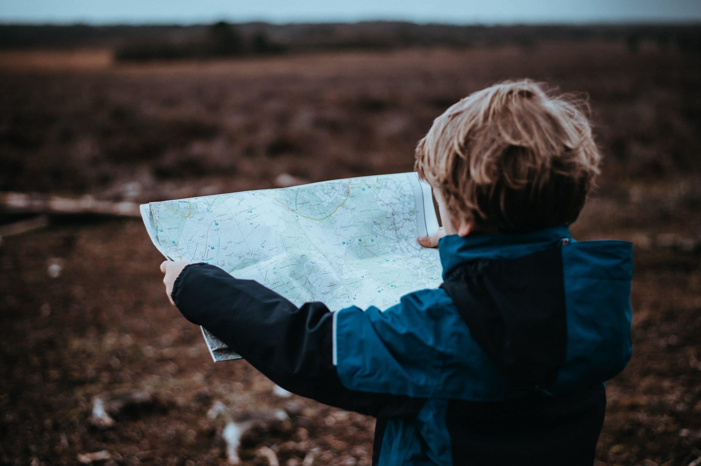 Térképet néz egy kisfiú
