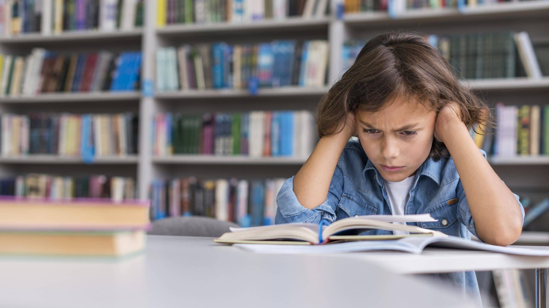 Mérges a kislány, mert nem szeret tanulni.ia kell.